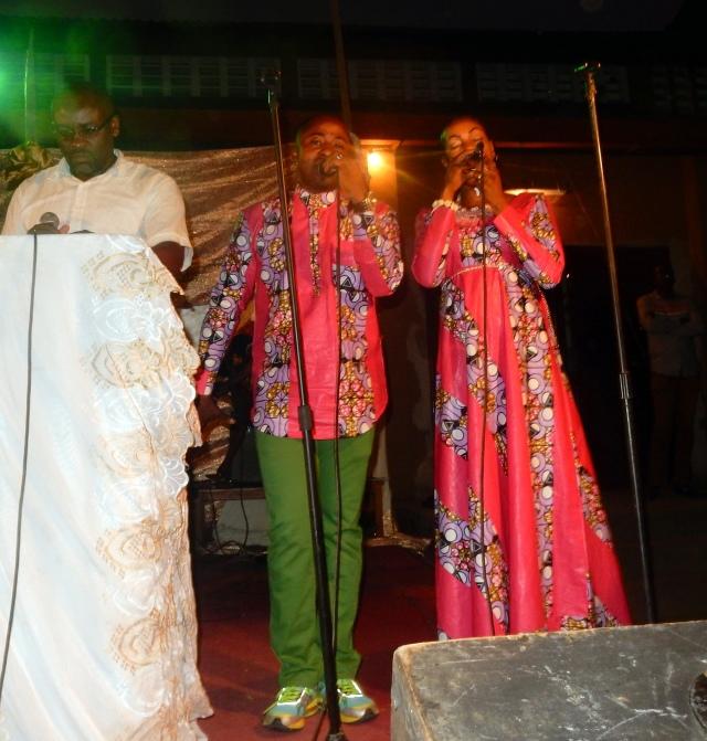 Mike et sa femme Mireille chantent